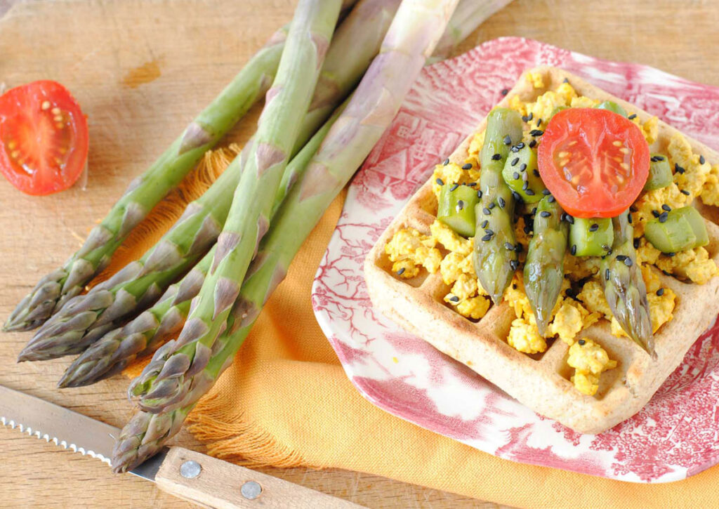 Waffle primavera vegani con asparagi OrtoQui e tofu strapazzato