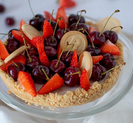 Crostata con panna cotta alle fragole OrtoQui decorata con frutta e biscotti